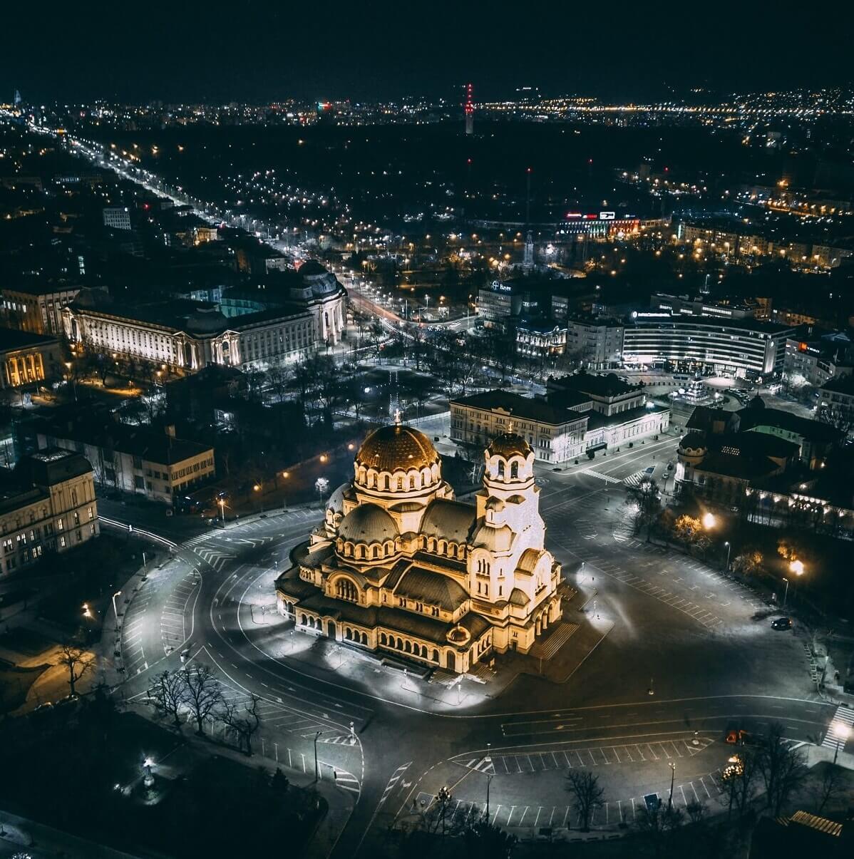 Szófia éjjeli látképe az Alexander Nevszki-székesegyházzal