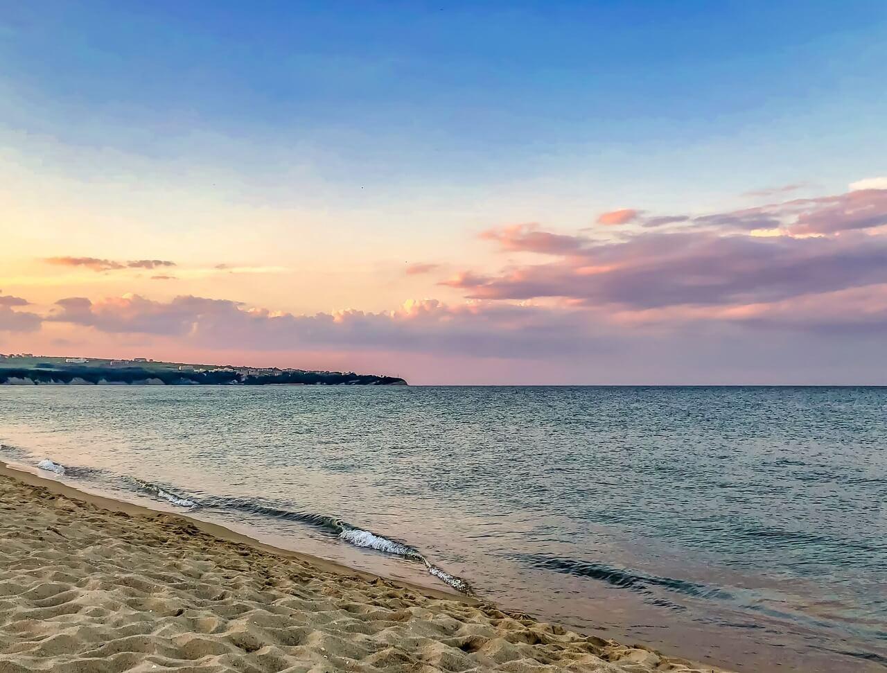 Obzor tengerpartja a naplementében