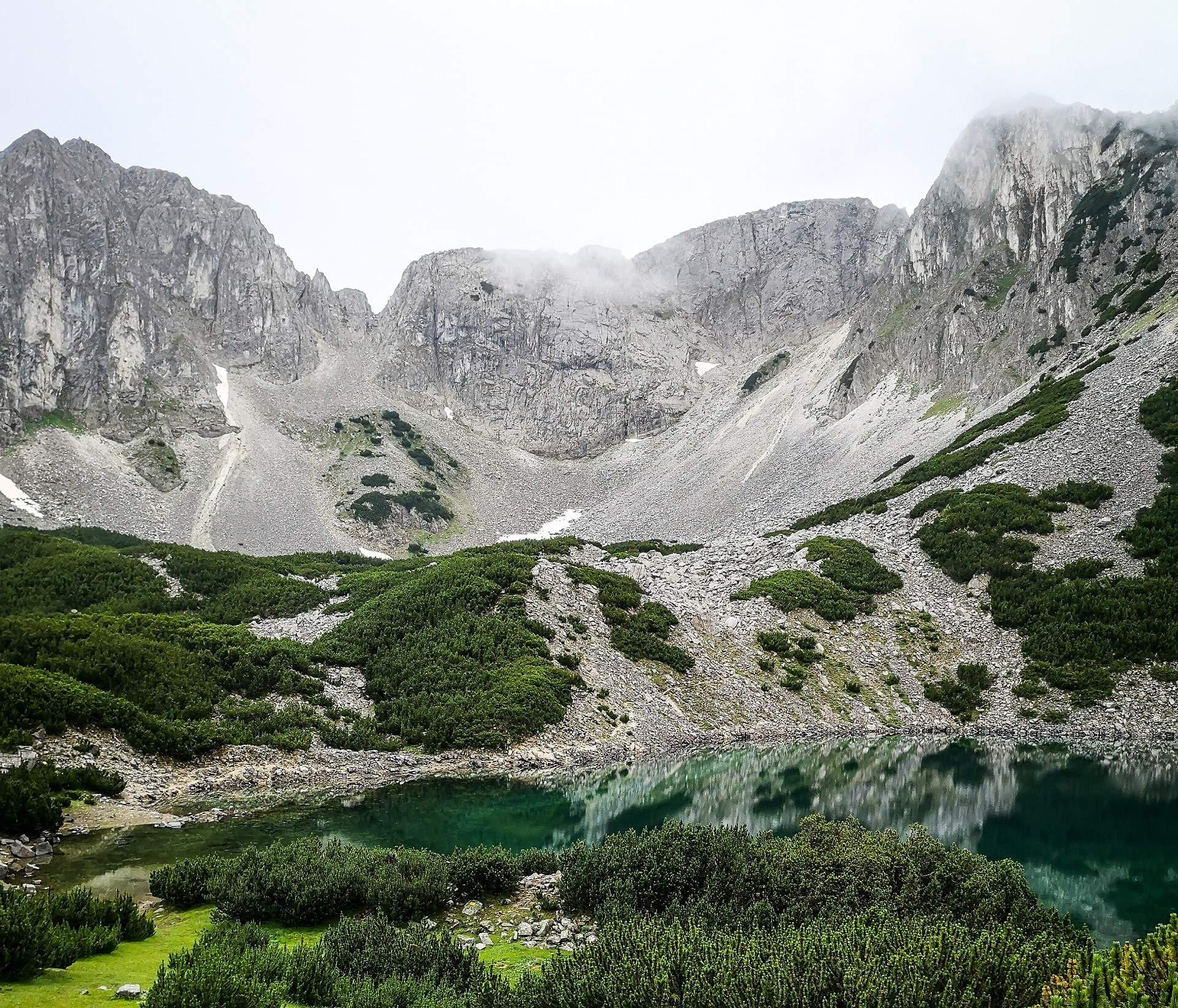 Hegyi tó a Pirin-hegységben
